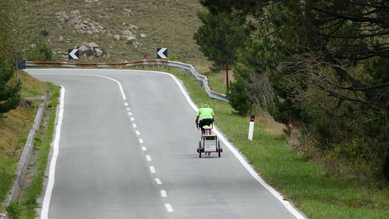Strada con curva in salita, pedalando sugli Appennini - Giovanni Panzera