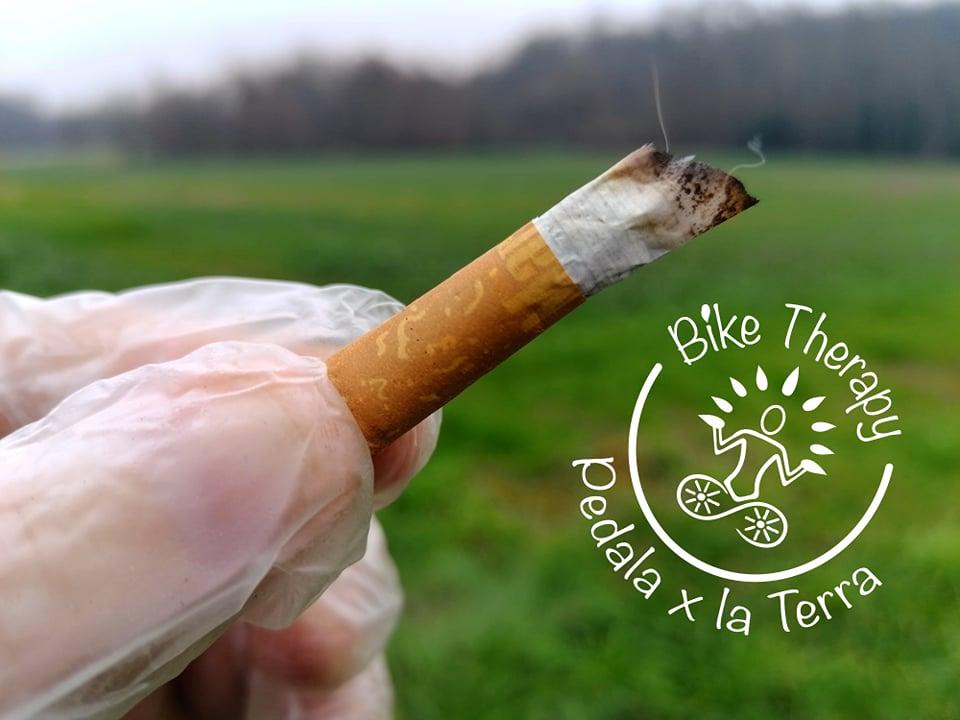 Mozzicone di sigaretta rifiuti abbandonati raccolta in bici