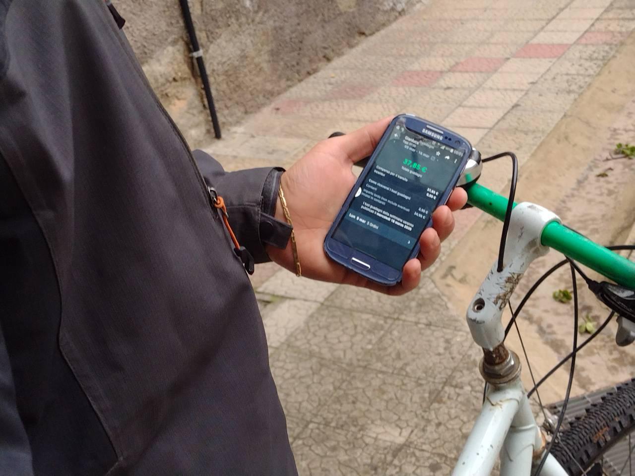Rider guadagni consegne cibo in bici