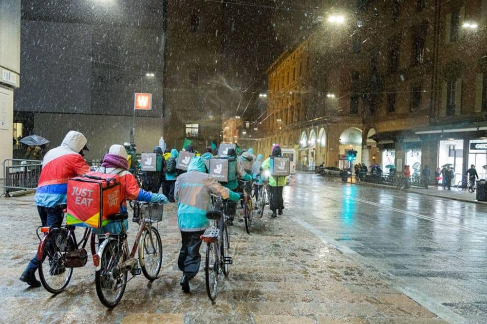 Rider consegnare in bici con la pioggia