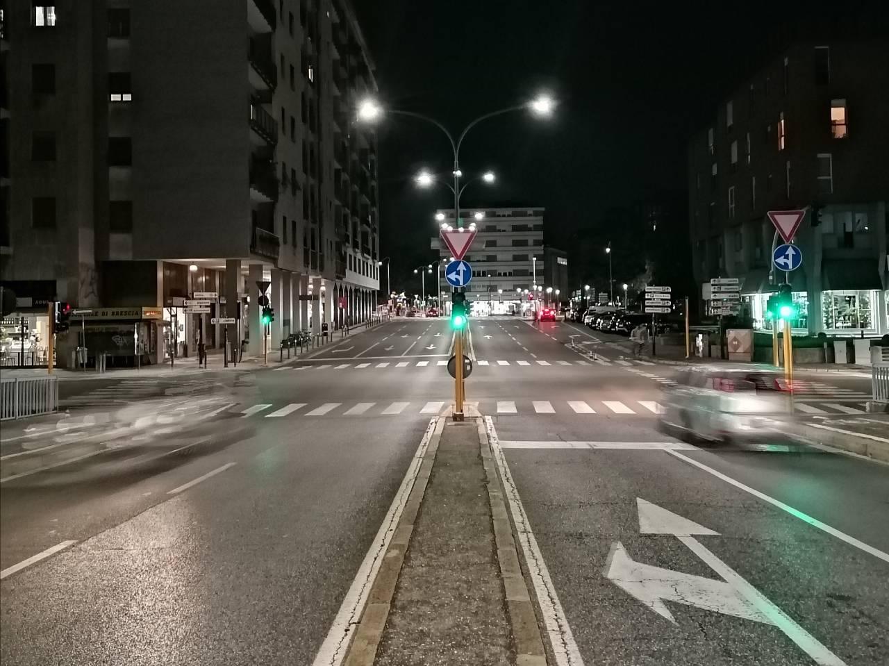 Brescia strada deserta fine turno rider bicicletta