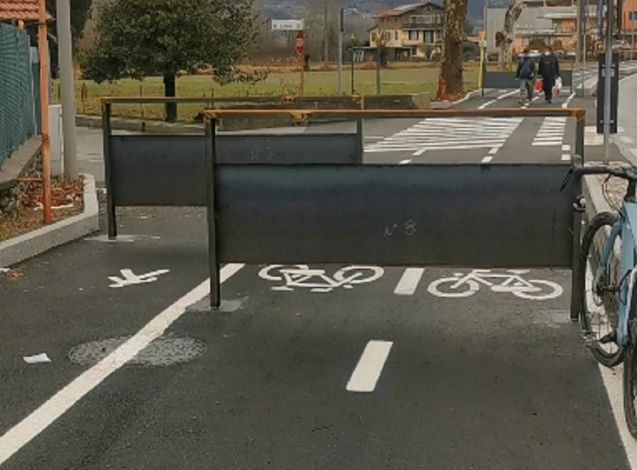 Le barriere sulla ciclabile