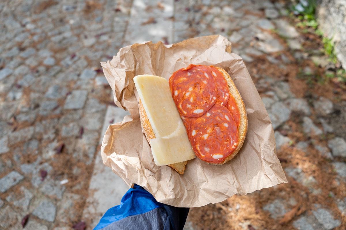 Ciclovia Parchi Calabria panino con soppressata e formaggio locale