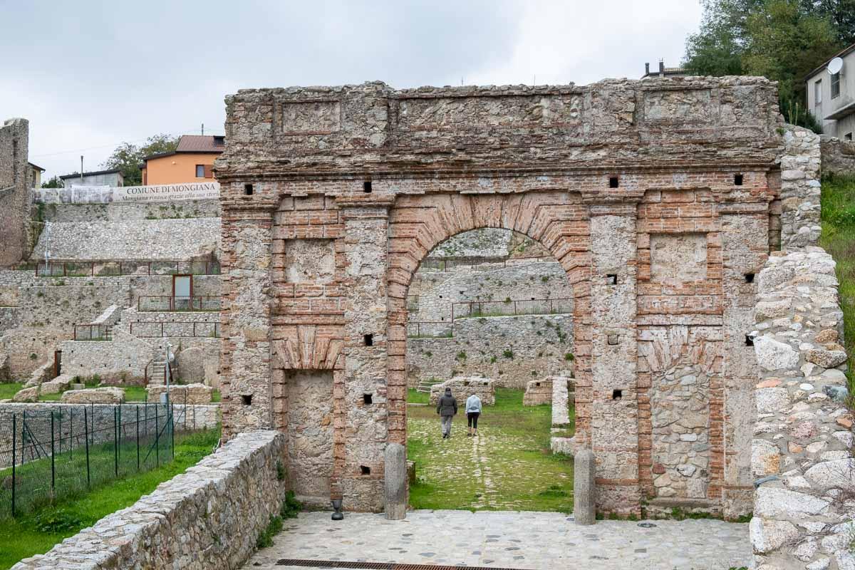 Ciclovia Parchi Calabria visita monumento