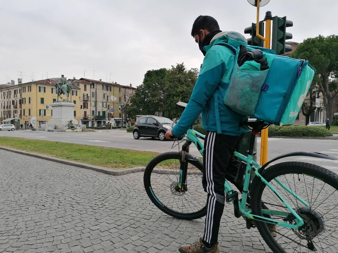 Rider consulta l'app per consegnare cibo in bici