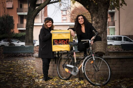 Teatro Delivery attrici in bici