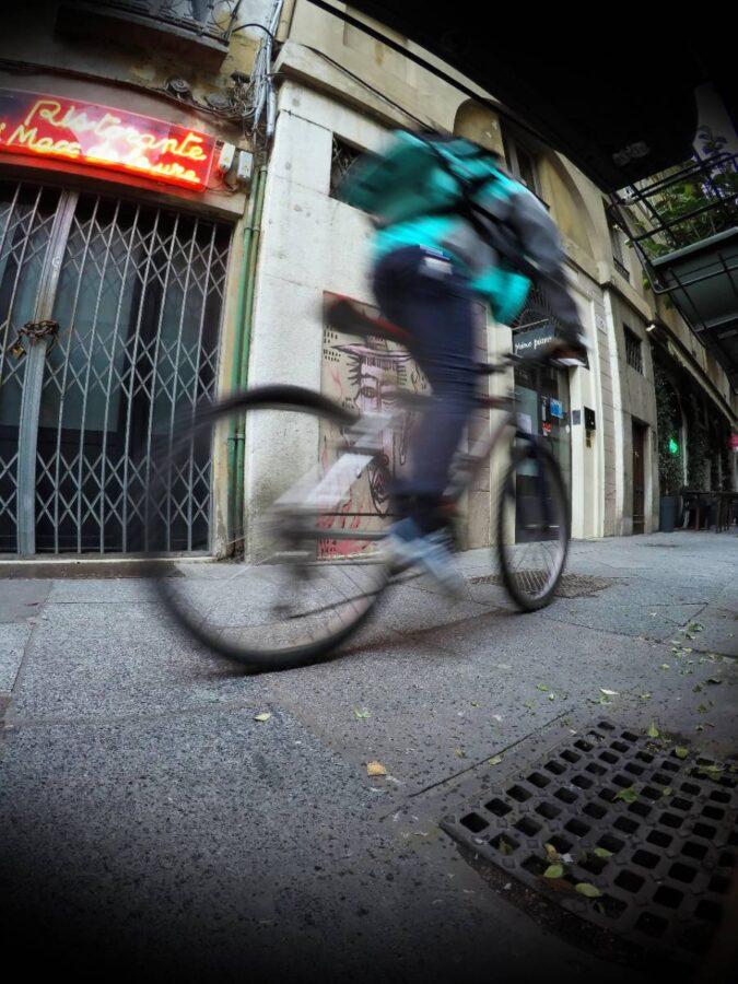 Rider pedala nelle strade di Brescia