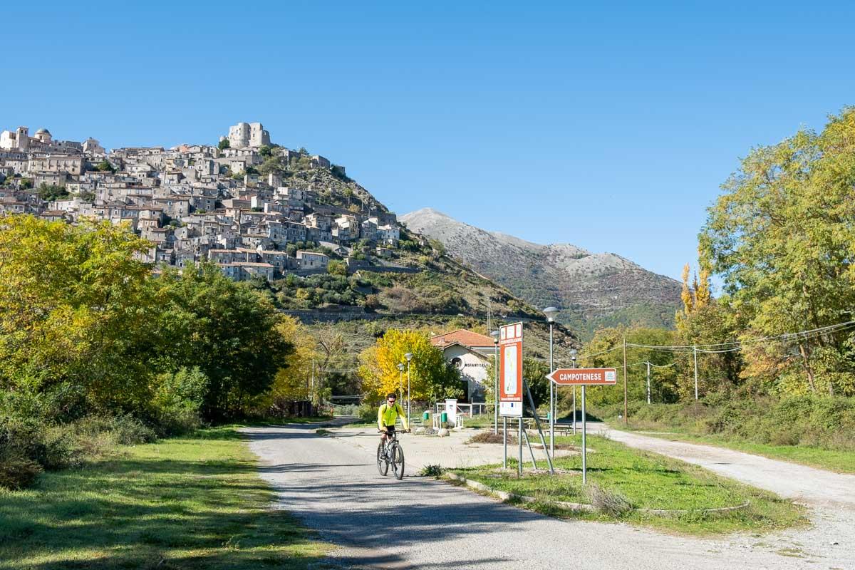 Pollino borgo arroccato in alto panorama