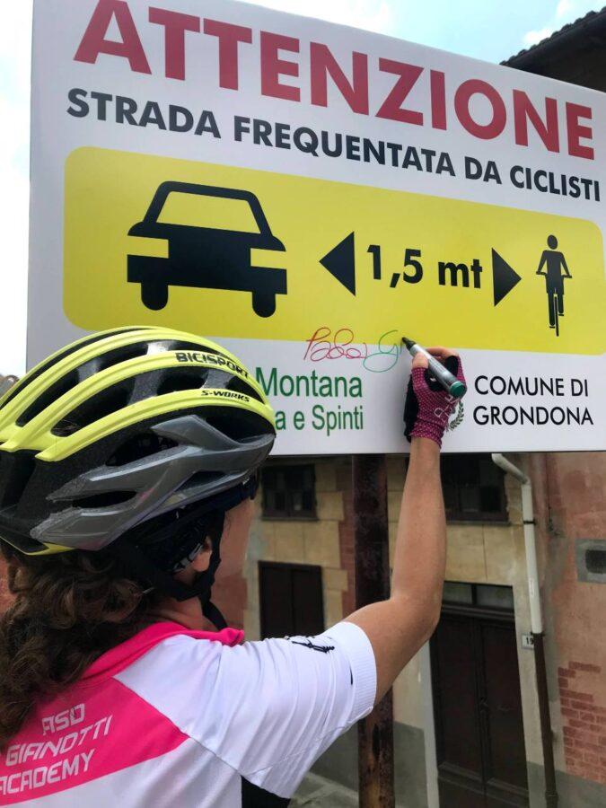 """Paola Gianotti firma il cartello """"Io rispetto il ciclista"""""""