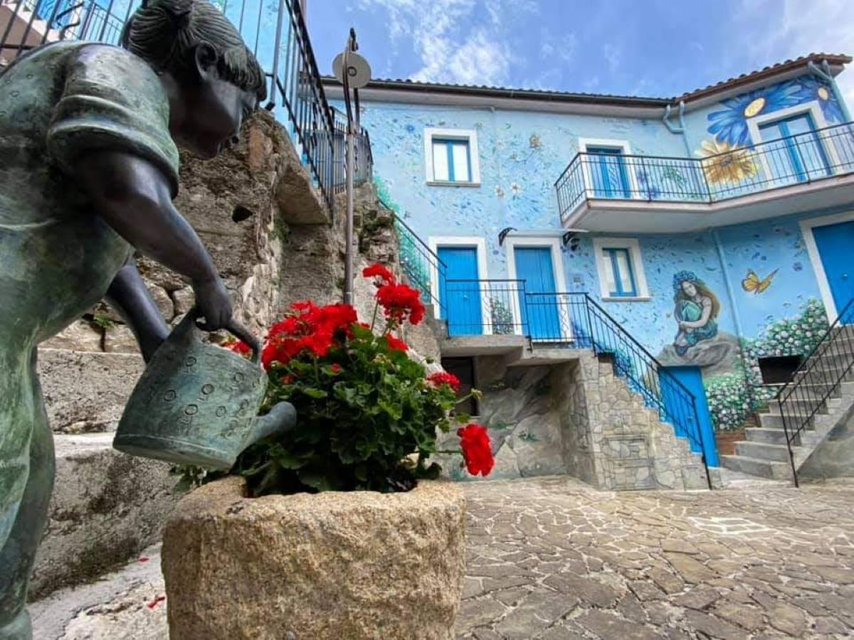 Sant'Angelo Le Fratte borgo con murales