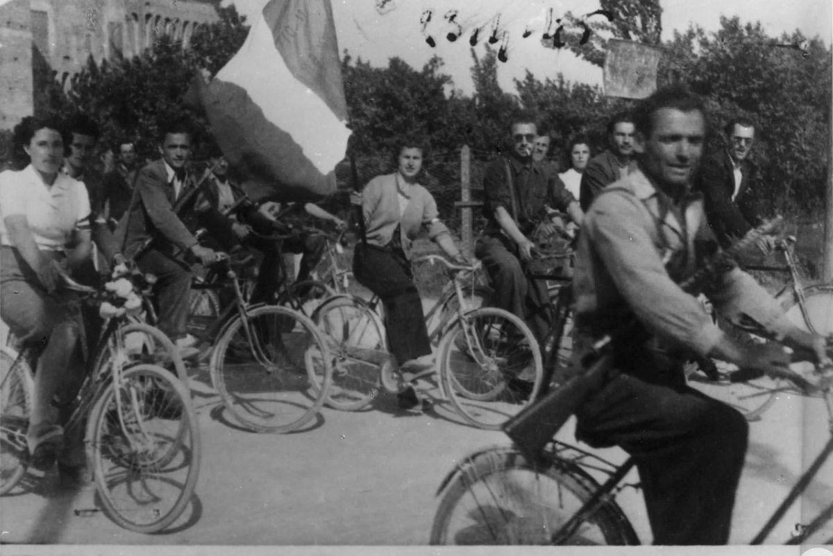 Staffette partigiane in bicicletta Liberazione
