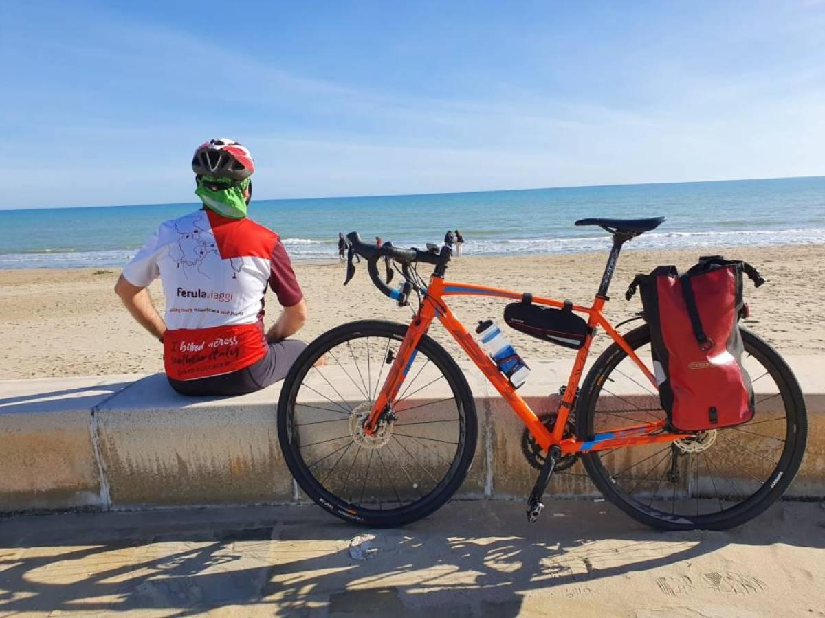 Basilicata sulla spiaggia in bicicletta, cicloturismo mare
