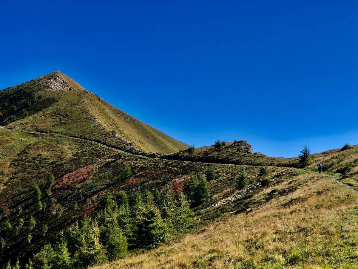 Cielo blu montagna verde Liguria Bike Trail