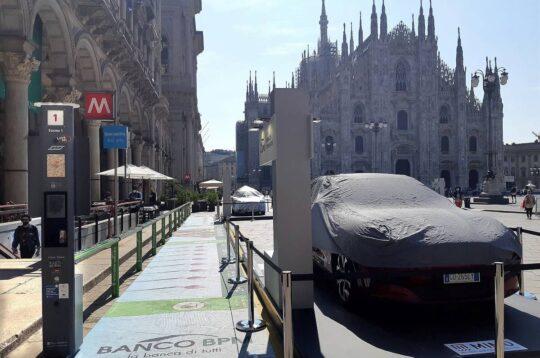 Motor Show Milano Piazza Duomo auto parcheggiata su stalli bike sharing