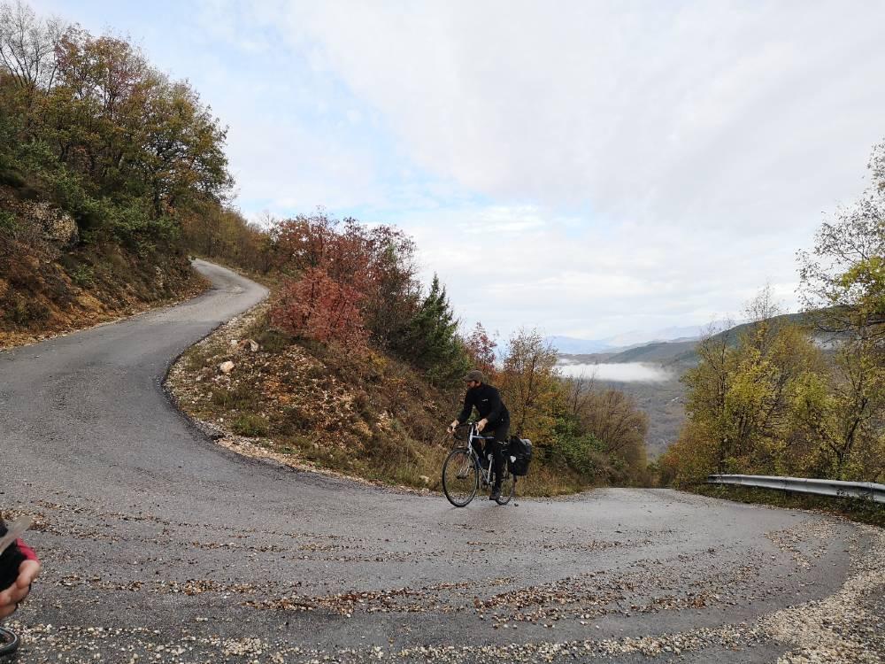 Curva in salita itinerario gps in bici