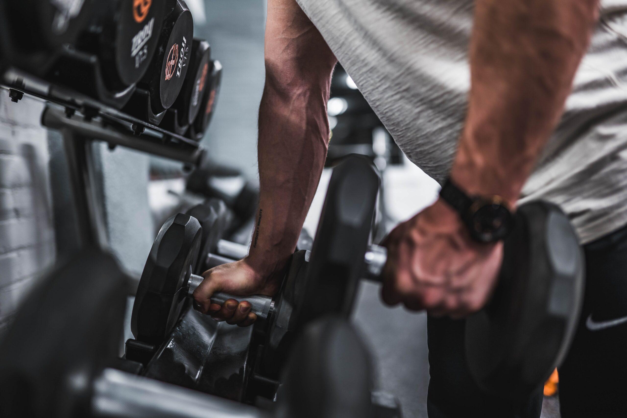 Ciclista che solleva pesi