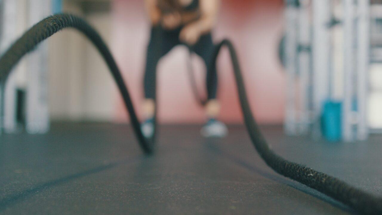 Ciclista che si allena con le corde