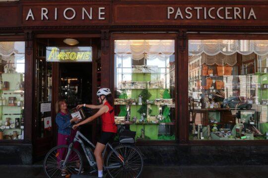 Cuneo in bicicletta pasticceria Arione