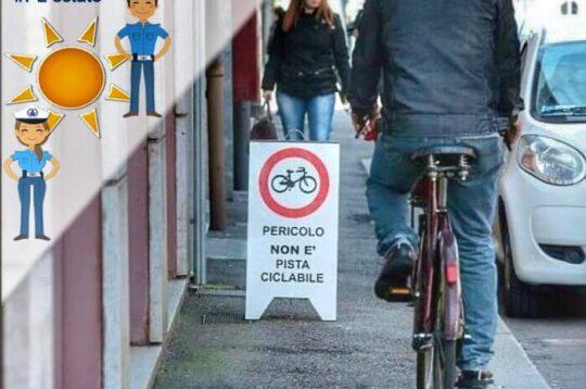 Modena ciclisti sul marciapiede campagna social