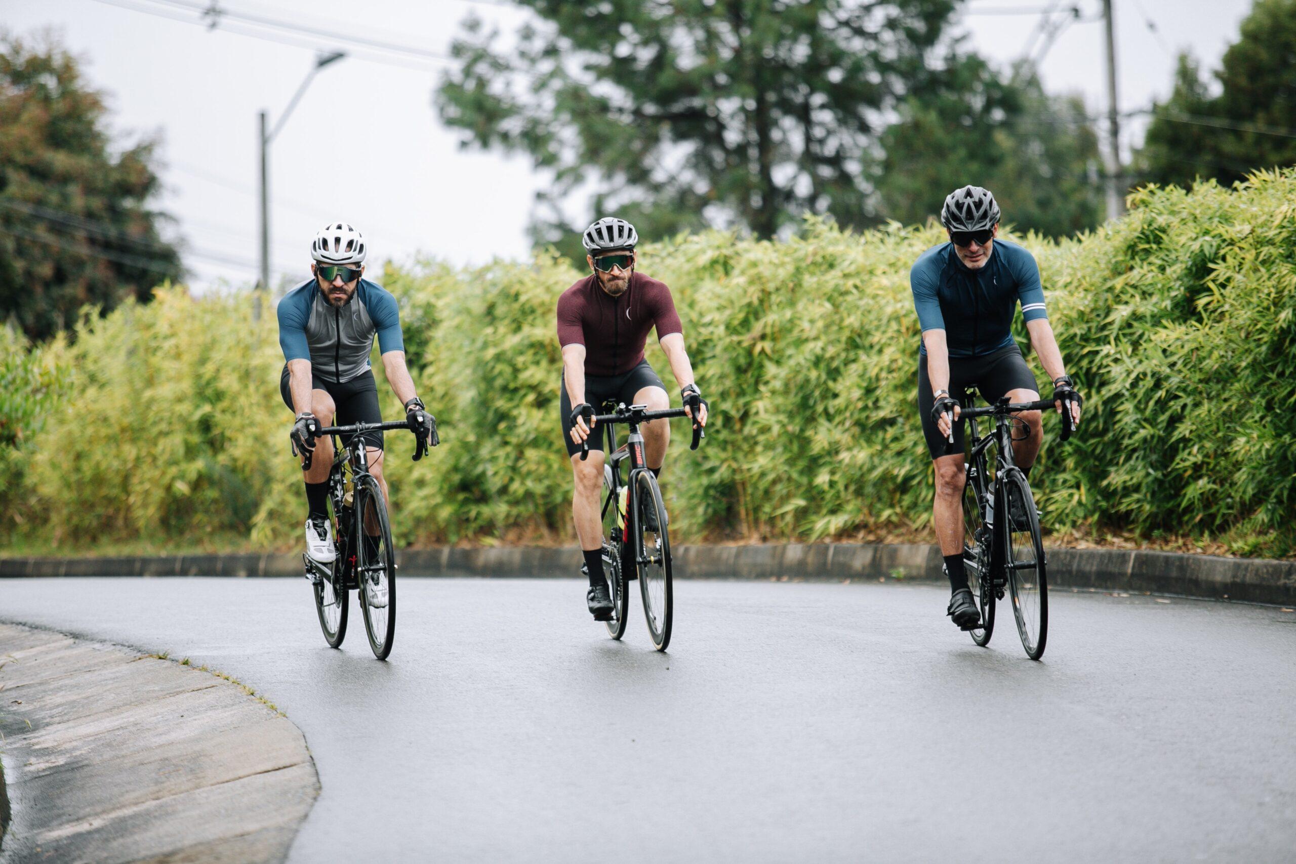 Ciclisti che pedalano per prevenire gli infortuni in bici