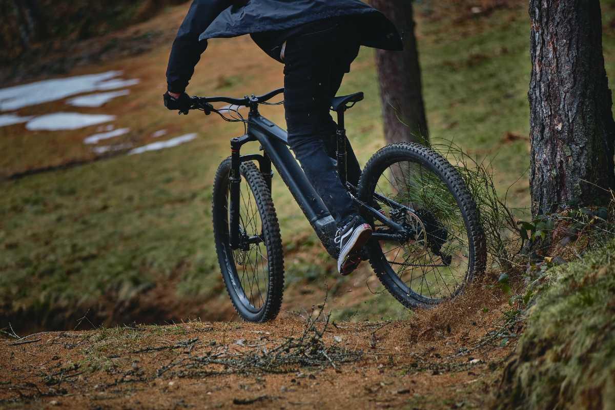 Mountain bike elettrica nel bosco