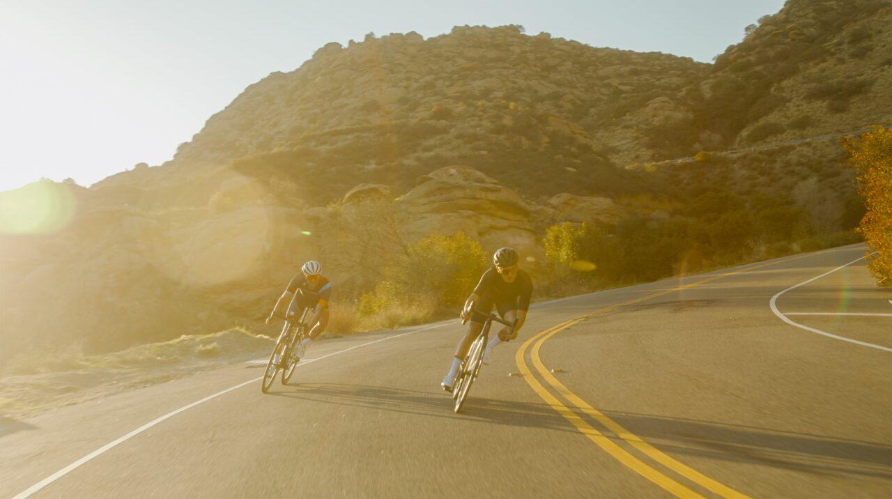 Ciclisti in discesa