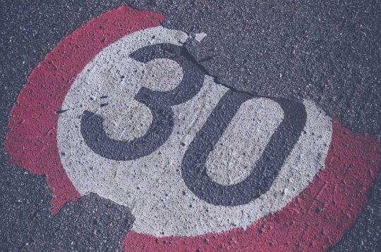 limite di velocità di 30 km/h in città