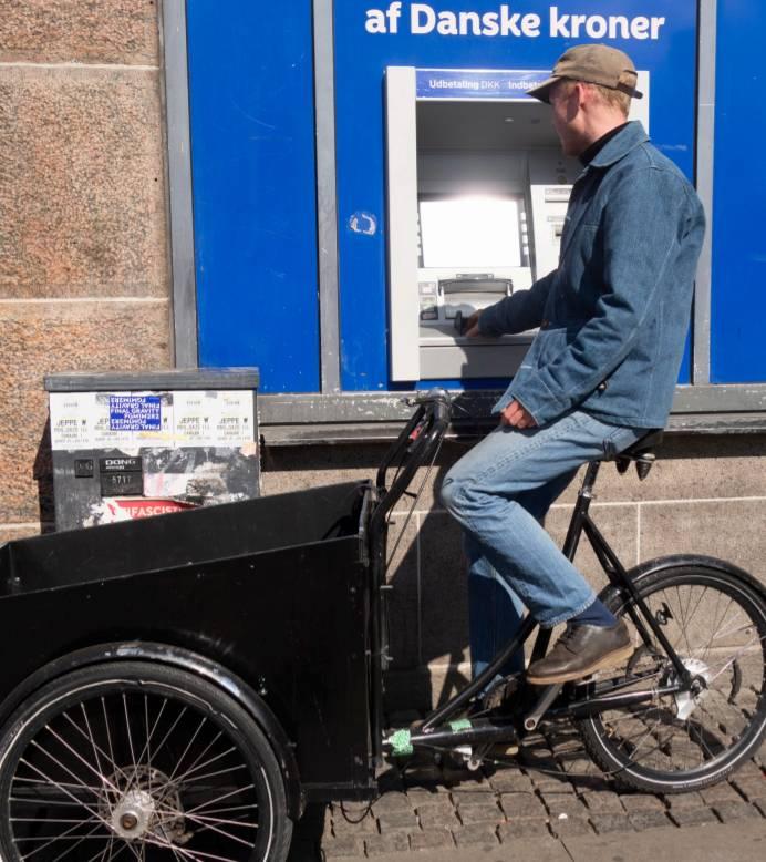 Cargo bike accessibile e conveniente persona ritira soldi al bancomat in cargobike