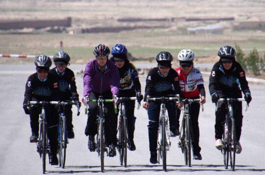Cicliste afghane in allenamento