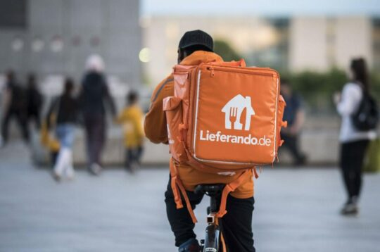 Corriere in bici per l'azienda tedesca Lieferando
