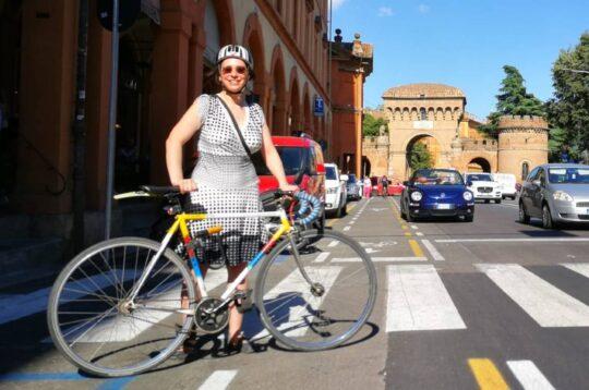 Simona Larghetti in bicicletta a Bologna