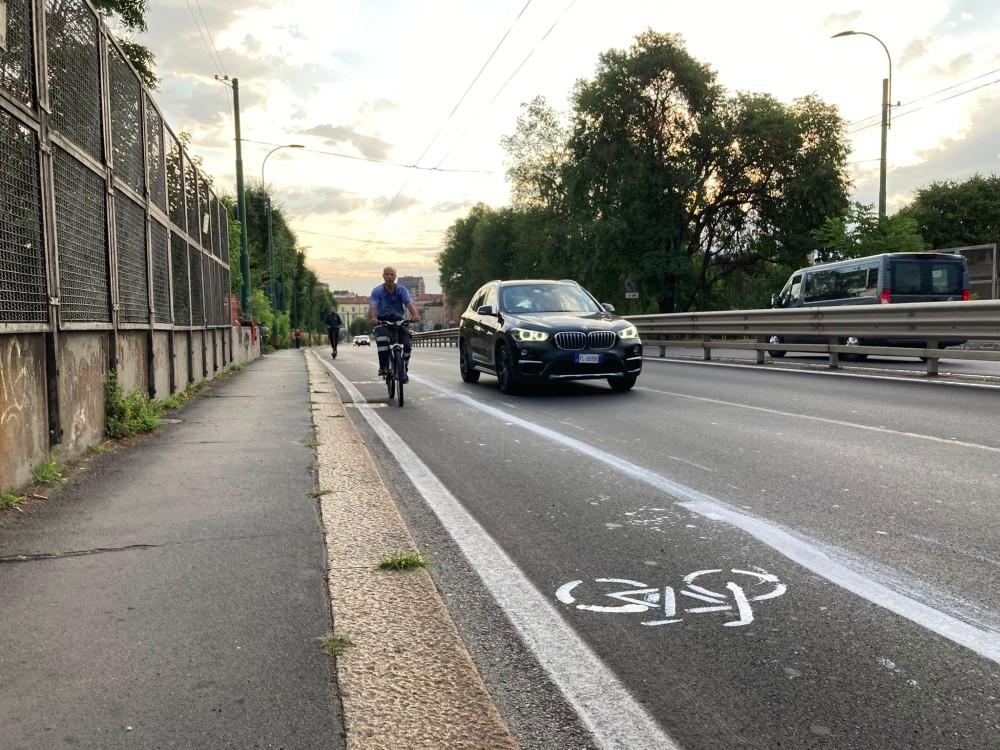 La nuova ciclabile clandestina sul ponte della Ghisolfa a Milano