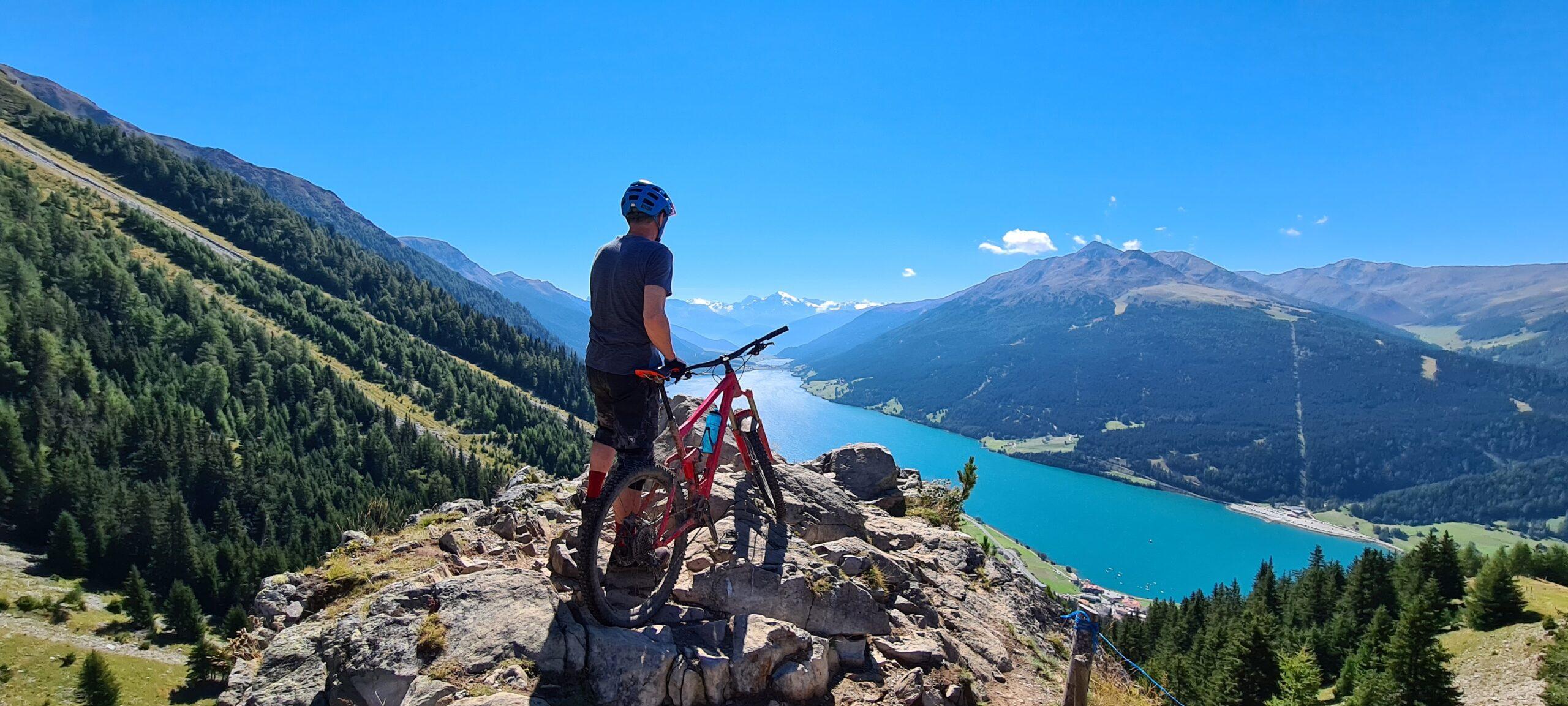 Biker in cima a un monte