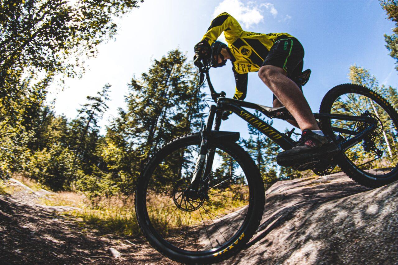 Biker che percorre un trail