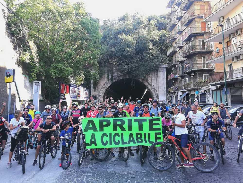 Luca Simeone e i partecipanti alla pedalata del Napoli Bike Festival decima edizione 2021