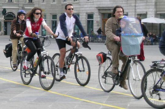 Persone in bicicletta