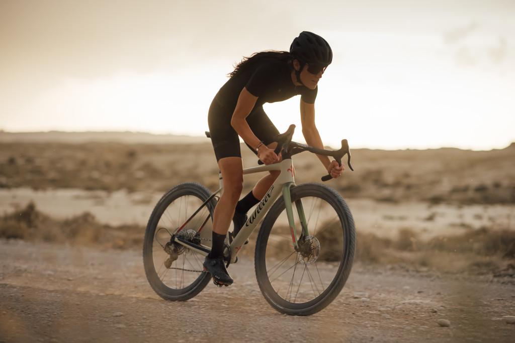 Ciclista su bici Wilier Triestina Rave SLR configurata gravel